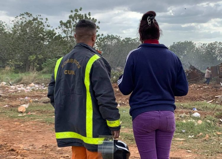Firefighters and other people in one of the places affected by the fire in Artemisa, in western Cuba, between January 21, 2020 and the next morning. Photo: @Artemisadiario / Facebook.
