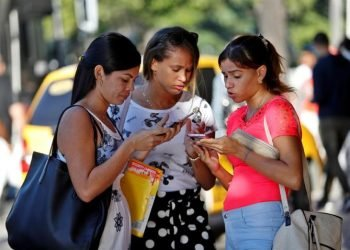 A group of women use their cell phones this Friday, in Havana. Photo: Yander Zamora / EFE.