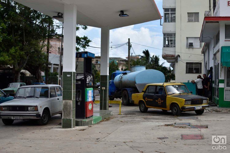 Cars wait for fuel supply at a gas station in Havana. Photo: Otmaro Rodríguez.
