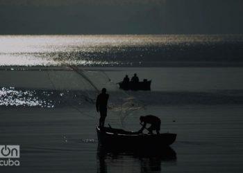 Fishermen in the bay of Matanzas. Photo: Otmaro Rodríguez.