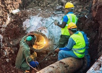 Cupet and Aguas de La Habana workers repaired the damaged fuel line, whose spill contaminated the waters of the Vento canal. Photo: tribuna.cu