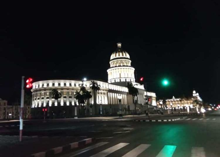 This area of Havana at night, completely empty. A rare sight. Photo: Juan Carlos Petrirena.