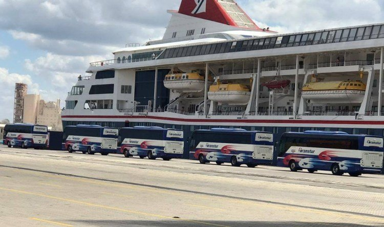Buses in front of the British cruise ship MS Braemar, with five confirmed cases of COVID-19, for the transfer of its passengers after it docked on the morning of this Wednesday, March 18, 2020 in the port of Mariel, west of Havana. Photo: ACN / Facebook.