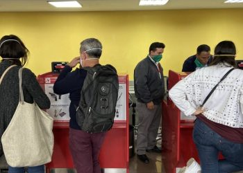"""On March 2, the correspondent in Cuba of the Reuters agency published this photo on her Twitter account """"No case of coronavirus had not been confirmed yet, but at the airport the staff is obliged to wear facial masks, and many travelers also use them.""""  Photo: @reuterssarah"""
