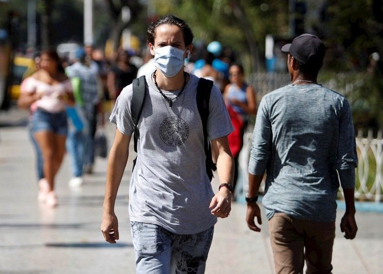 A Cuban uses a facemask as a measure against the coronavirus in Havana, after the report of confirmed cases on the island. Photo: Yander Zamora / EFE.