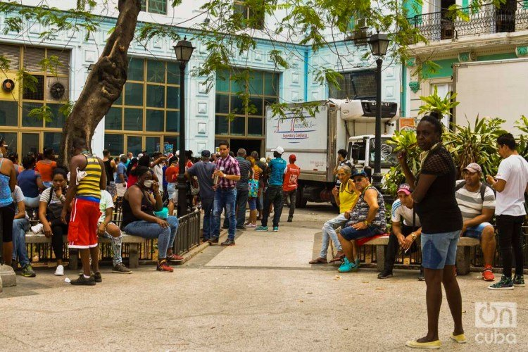 Cubans stand in line outside a shopping center in Havana, at a time when the island's government has called for practicing social isolation as a measure to prevent the spread of COVID-19. Photo: Otmaro Rodríguez.