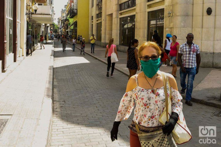 A woman uses a facemask in Havana as a security measure against COVID-19. Photo: Otmaro Rodríguez.