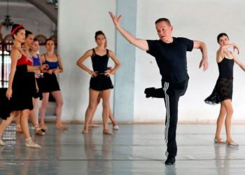 "Richard Dickinson in the rehearsal of ""Romeo and Juliet,"" a Verb Ballets and Prodanza production. Photo: EFE"