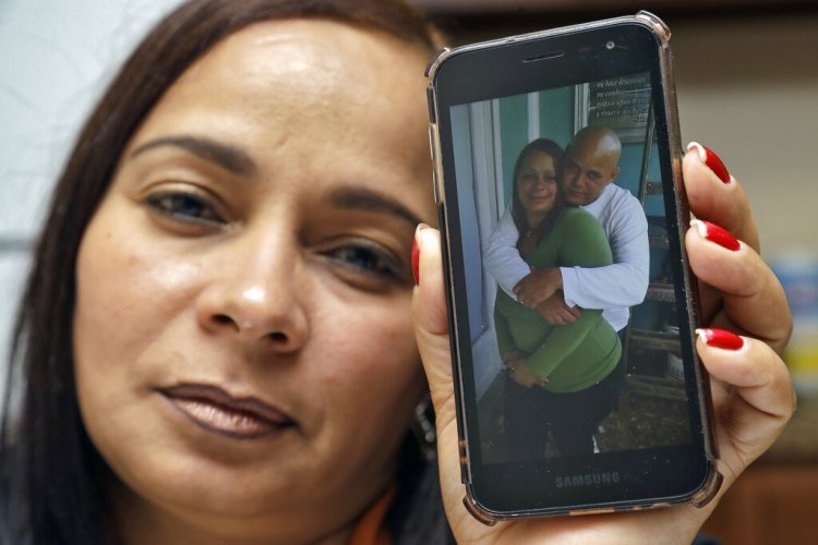 Yarelis Gutiérrez Barrios holds a cell phone with the photograph of her and her couple Roylan Hernández Díaz, an asylum seeker in the United States who committed suicide in a cell in Louisiana. Photo: Chris O'Meara / AP.