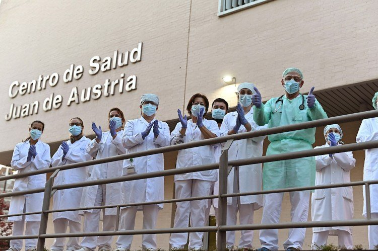 Health personnel from the Juan de Austria Health Center in Alcalá de Henares return the applause during the neighbors' daily tribute for their work in the fight against the coronavirus pandemic. EFE / Fernando Villar