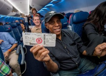 Passengers show their tickets on Delta Airlines, when, in 2016, the airline returned to Havana after 55 years. Archive photo taken from the company's website.