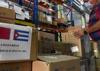 A worker inspects boxes with sanitary supplies that have arrived from China to contain the pandemic due to the new coronavirus in Cuba. Photo: Joaquín Hernández/Xinhua/Archive.