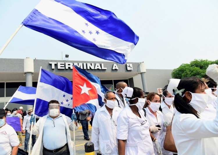Members of a Cuban medical brigade after landing at the Ramón Villeda Morales International Airport in San Pedro Sula, Honduras. Photo: EFE/José Valle.