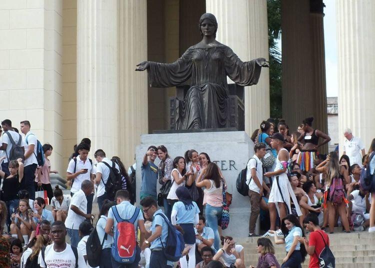 Cuban youths on the steps of the University of Havana. Photo: Radio Reloj.