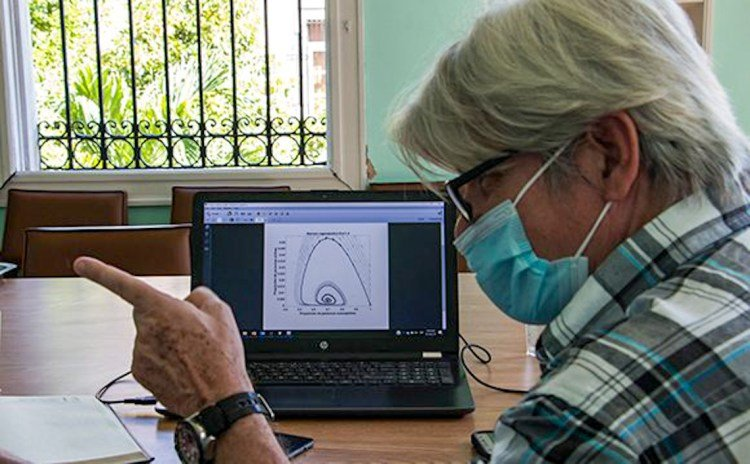 The dean of the Faculty of Mathematics of the University of Havana, Raúl Guinovart, shows the models for an endemic phase of COVID-19 in Cuba. Photo: cubadebate.cu