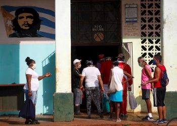 A group of people line up to buy in an agricultural market, this Monday in Havana. (Cuba) EFE/Yander Zamora