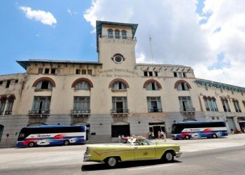 Several cars pass in front of the Havana Cruise Terminal. Photo: Ernesto Mastrascusa/EFE.