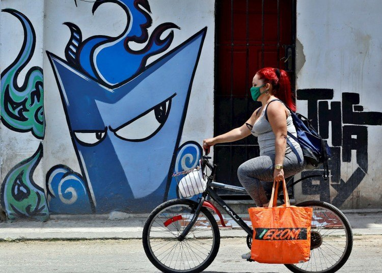 The total death toll from the new coronavirus in Cuba is 74; meanwhile, the contagions reaches 1,741 people. Photo: EFE / Ernesto Mastrascusa.