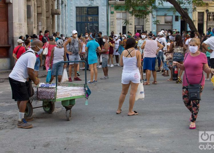 Coronavirus cases continue to increase in Cuba, where many people don't comply with physical distance measures. Photo: Otmaro Rodríguez.