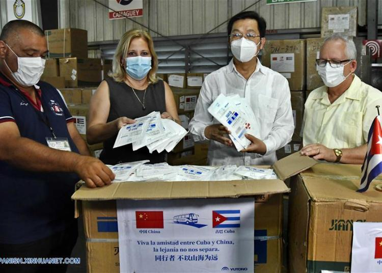 Chinese ambassador in Havana Chen Xi (2-right), Cuban Deputy Minister of Public Health Luis Fernando Navarro (right), Cuban First Deputy Minister of Foreign Trade and Investment Ana Teresita González (2-left), show the masks during a ceremony for the donation of medical supplies from China. Photo: Xinhua/Joaquín Hernández.