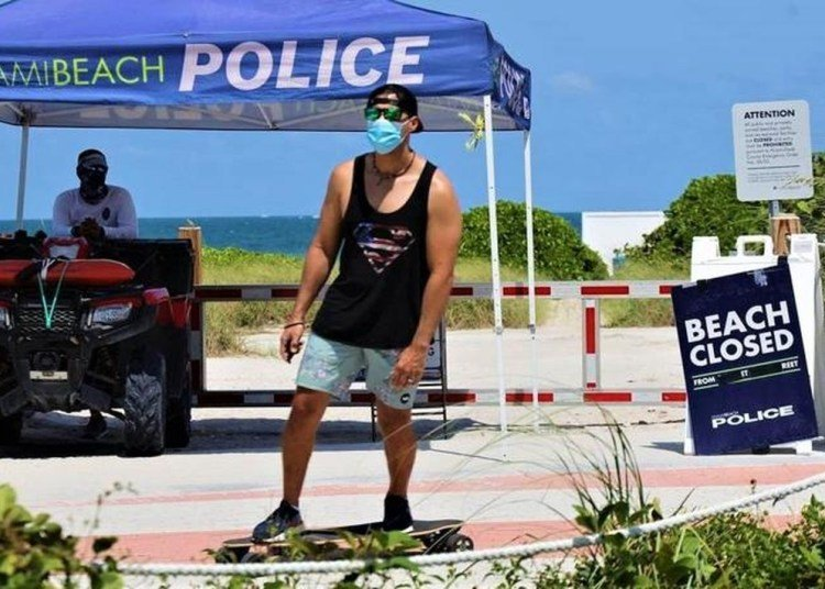 Despite the reopening of services in South Florida, the most popular entertainment, beaches, is still off limits. Photo: EFE.