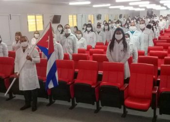 A brigade of 96 doctors and 198 nursing graduates traveled to Kuwait on Thursday. Photo: @MINSAPCuba/Twitter.