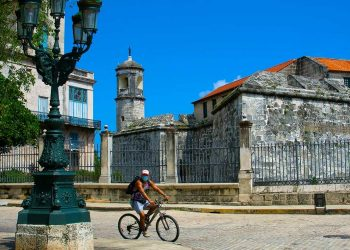 A cyclist using a facemask passes through the surrounding area of the Castillo de la Real Fuerza, in Old Havana, during the coronavirus pandemic. Photo: Otmaro Rodríguez.