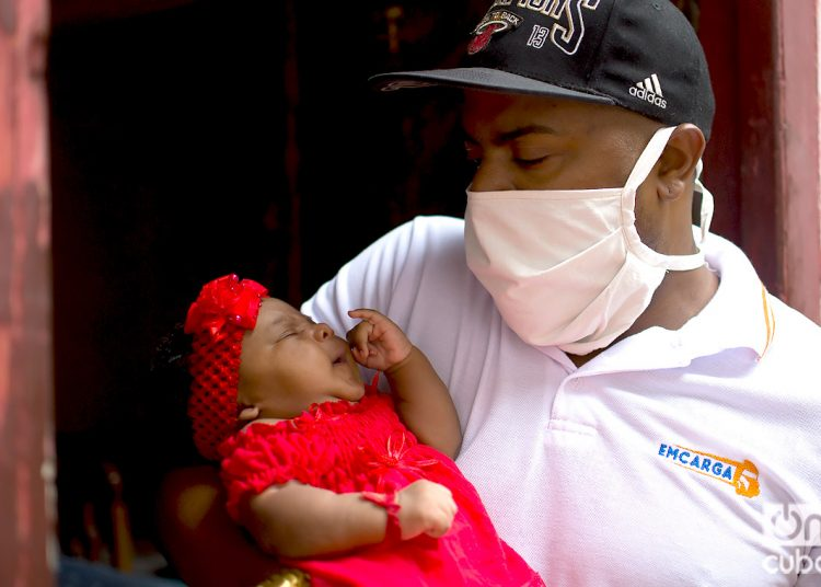 Rainier Bonne Espinosa and his baby girl Ambar Bonne Barcelay. Photo: Otmaro Rodríguez