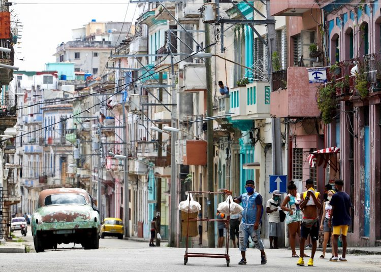 The new infections correspond to Cubans, limited to six municipalities in Havana. Five are related to confirmed cases and the source of infection is not specified in five individuals. Photo: Yander Zamora/EFE