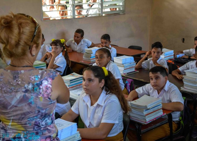 Junior high School in Cuba. Photo: Yaciel Peña/ACN/Archive