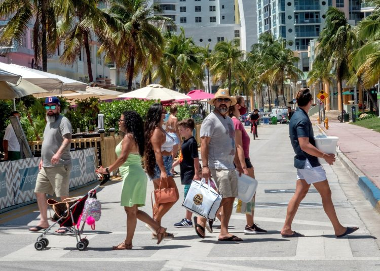 A group of people walks through Miami Beach this June 24, 2020 without respecting the mandatory use of the protective mask. Photo: Cristóbal Herrera/EFE.