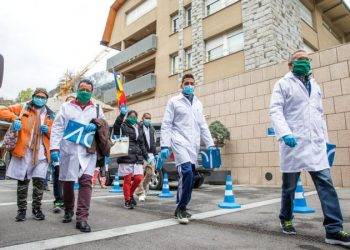 Members of the Cuban medical brigade in Andorra, after their arrival in that small European country to combat the coronavirus pandemic. Photo: Diario de Andorra.