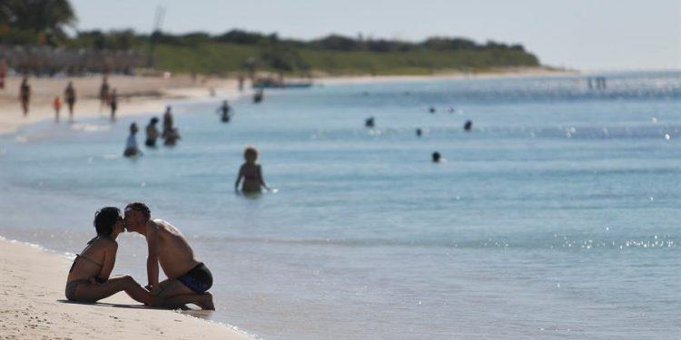 Tourists on the beach. Photo: EFE