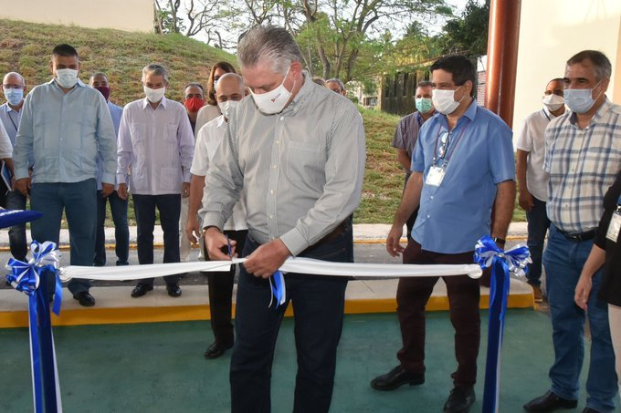 Cuban President Miguel Díaz-Canel (c) inaugurates a synthetic peptides production plant at the Center for Genetic Engineering and Biotechnology (CIGB) in Havana, on July 30, 2020. Photo: Presidencia Cuba/Twitter.