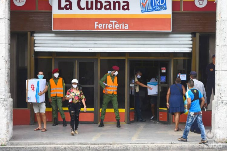 Buyers and police outside La Cubana store, on Reina Street in Havana, one of the new stores that started selling items in freely convertible currency this Monday, July 20, 2020, as part of the Cuban government's new economic measures. Photo: Otmaro Rodríguez.