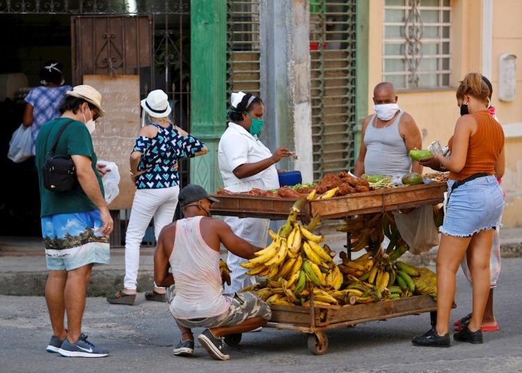 Several people buy agricultural products in Havana during the coronavirus pandemic. Photo: Yander Zamora/EFE.