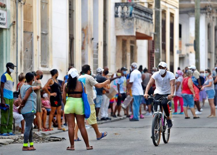 People wait their turn to buy at a market in Havana after the return of the city to the epidemic phase due to COVID-19. Photo: Yander Zamora / EFE