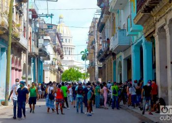 Lines to buy food in Havana. Photo: Otmaro Rodríguez