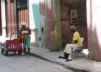 An elderly person waiting for the messenger to deliver her purchases. Photo: Otmaro Rodríguez.