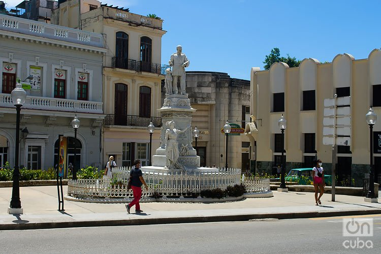 People walk through the Plaza de Albear, in Havana. Photo: Otmaro Rodríguez.