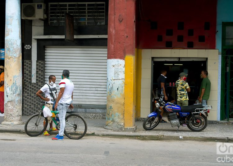 People on the street in Havana, after the city's return to the epidemic phase. Photo: Otmaro Rodríguez.