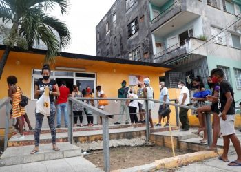 Several people wearing masks line up to buy bread as Storm Laura approaches, in Havana, the province that reported the largest number of new cases today. Photo: Yander Zamora/EFE.