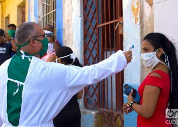 A doctor takes the temperature before testing for COVID-19, in Los Sitios, in Havana. Photo: Otmaro Rodríguez/Archive.
