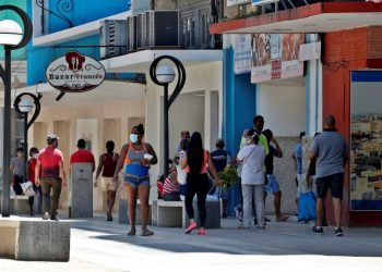 New COVID-19 cases in Cuba: 12 Cubans and five foreigners. Photo: Ernesto Mastrascusa/EFE/Archive.