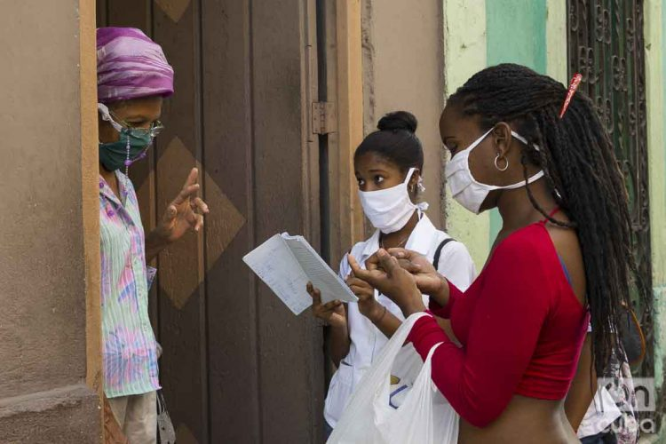 Medical students carry out screenings in Havana to detect possible cases of COVID-19. Photo: Otmaro Rodríguez.