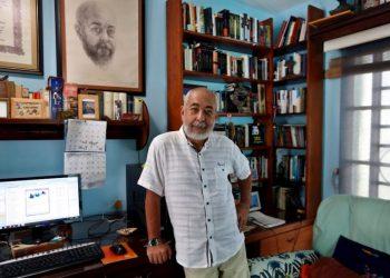 Photo: Leonardo Padura, at his home in Mantilla. Ernesto Mastrascusa/EFE.