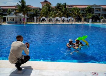 A family in a swimming pool at a resort in Punta Cana (Dominican Republic). Photo: EFE/Francesco Spotorno/Archive.