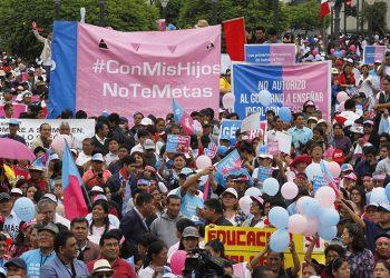 """""""Con mis hijos no te metas"""" march in Peru. Photo: Exitosa Noticias."""
