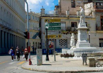 People on the street in Havana, during the outbreak of coronavirus. Photo: Otmaro Rodríguez.