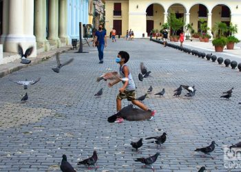 A boy plays in a square in Havana, during the post-COVID-19 de-escalation. Photo: Otmaro Rodríguez.